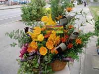 観葉植物と生花をカゴに寄せてアレンジしました。