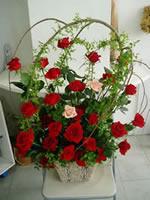 赤バラをメインで二本だけ違う色のバラを入れてしだれ桑とスマイラックスでアレンジ。
